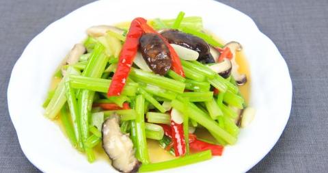 饭店香菇芹菜的正宗做法,越吃越上瘾,简单又清淡,适合家常