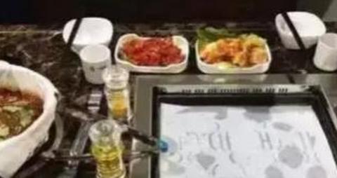 吃自助餐时,服务员老问你换不换纸,实际是暗示,聪明的人一秒懂