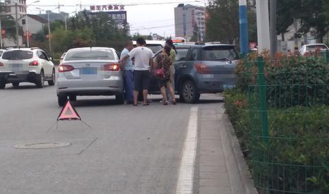 汉中汉台区:一路口忽然冒出一辆汽车,与正常直线行驶的汽车相撞