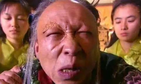 """他是赵薇的同学,因为太""""丑""""曾吓哭蒋雯丽,妻女却貌美如花!"""