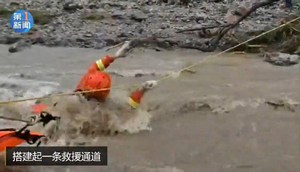 差点被冲走!消防员急流中用绳索搭建救援通道
