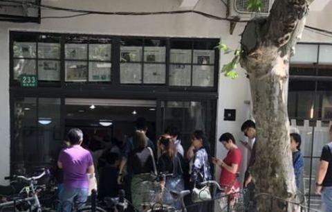 襄阳路上的一家小面馆,周末关门,排队等候上海忙着吃面条的人