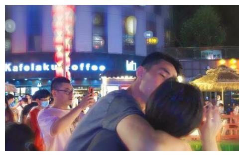 女排国手朋友圈撒狗粮,在夜色中于男朋友拥吻,网友:糖分太高了