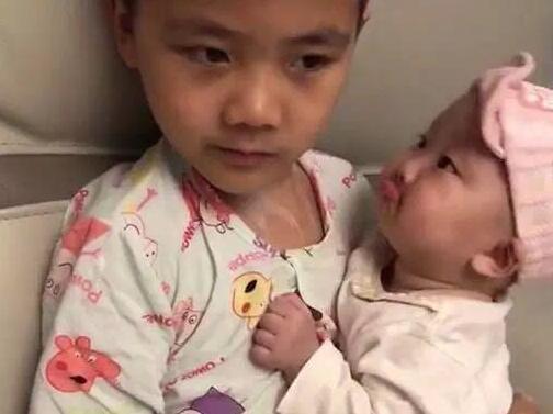 2岁妹妹被妈妈训斥,一脸委屈找哥哥求安慰,网友:想要同款哥哥