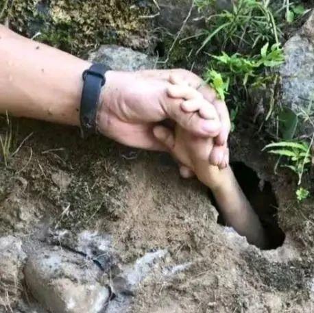 小心!7岁男孩小溪游泳突然消失,岸边涵洞伸出一只小手。。。