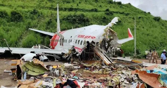 白天照片来了:印度客机坠毁现场