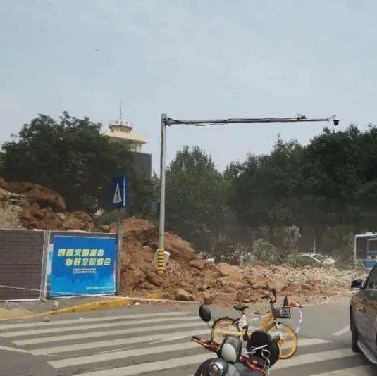 古城墙坍塌致4伤,有行驶中的车辆被砸,官方通报详情