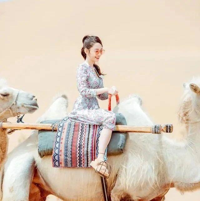 """""""妻子团""""沙漠旅游,吉娜碎花裙复古甜美,沙溢老婆运动装太帅气"""