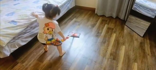 严屹宽杜若溪教育女儿的方式值得称赞,她两岁以前就帮妈妈拖地