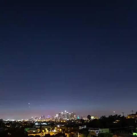 猎鹰9号运载火箭穿出大气层后,在最高点正好与日光相遇的景象