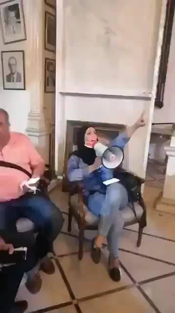 """黎巴嫩外交部被示威者占领,并被改名""""革命总部""""……"""