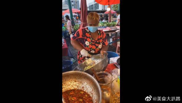 外国街头凉拌菜,看大姐的手法很熟练,不知道味道怎么样!