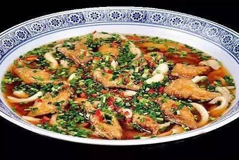酸汤面柳煮带鱼,鸡蛋煎刀鱼, 豆角焖面 ,干锅香辣鱼