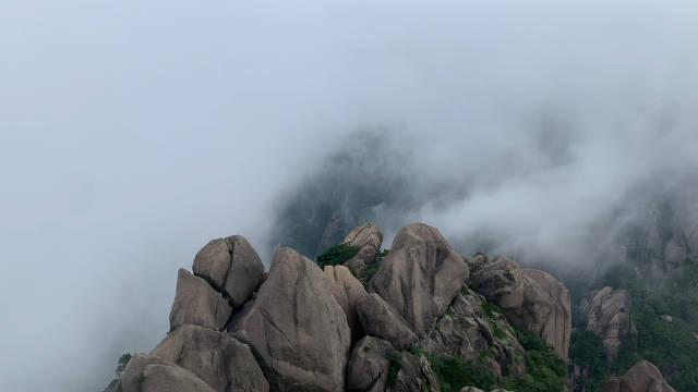 黄山莲花峰峰顶 今天云雾很厉害 好不容易吹散了一小会 才十几秒