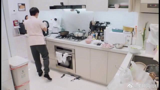 王祖蓝煮饭让可爱女儿帮忙 李亚男:这是王祖蓝婚后第一次做饭