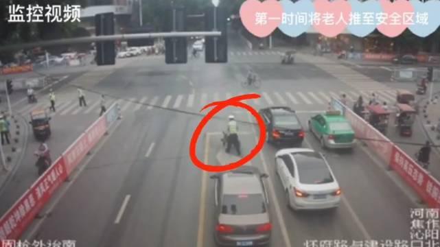"""""""轮椅老人""""进了机动车道,下一秒……[爱心][爱心][爱心]"""