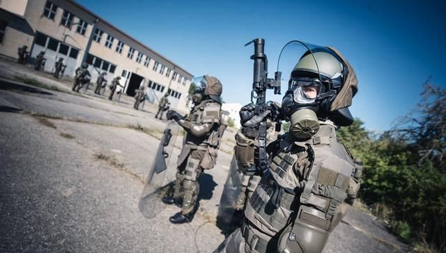 奥地利陆军二年级学员与宪兵部队联合演习 控制骚乱人群成为重点
