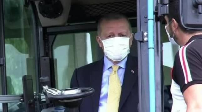 土耳其总统埃尔多安试驾世界上第一台7吨重的电动挖掘机