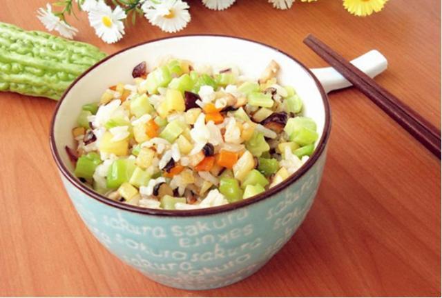 苦瓜炒米饭,菌汤面条,泡菜萝卜炖牛肉,薄荷牛柳香豆腐