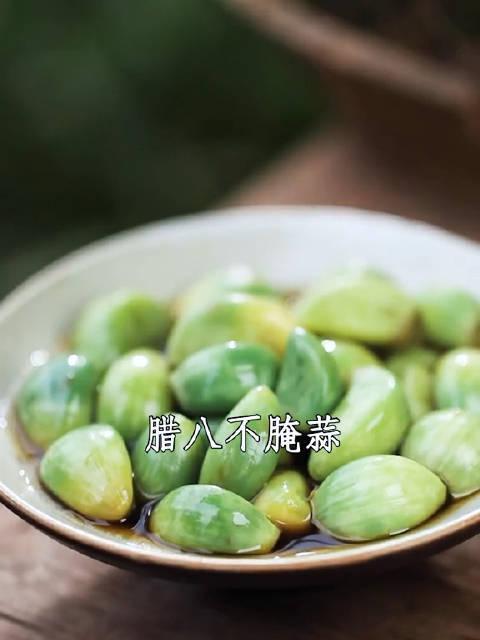 又脆又绿的腊八蒜是饺子标配,很多人都不知道,腌出醋还很浑……
