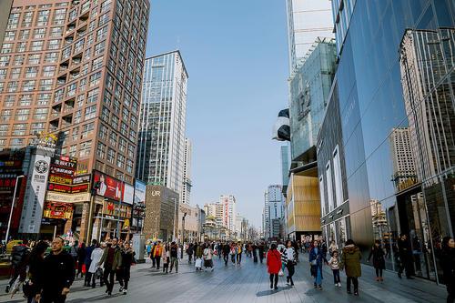成都春熙路步行街,一间店铺租金要4500元一天,太离谱!