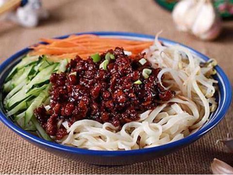 番茄炒菜花,黄焖野猪排,芦笋炒蘑菇,老北京炸酱面的做法