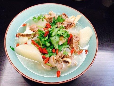 美食优选:砂锅小土豆,羊肉炖白萝卜炒猪肉片,香菇炖鸡块的做法