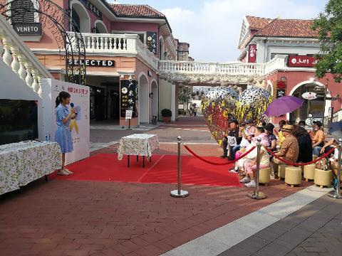 黄丝带传递幸福 中国娃娃为世界祈福