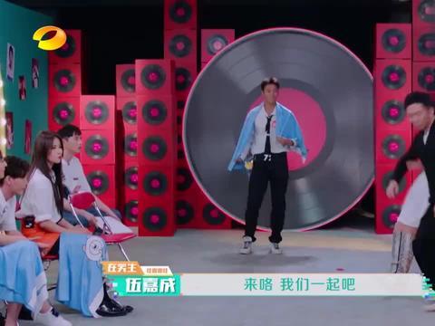 伍嘉成杨迪表演变脸,金子涵台下笑惨,网友:你要不要也来段?