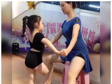 萌娃学拉丁舞,小腿抖起来的样子萌翻网友:每个动作都卡在节拍上
