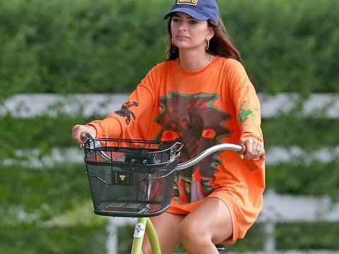女星艾米丽·拉塔科夫斯基现身汉普顿斯,她有一种特别的美