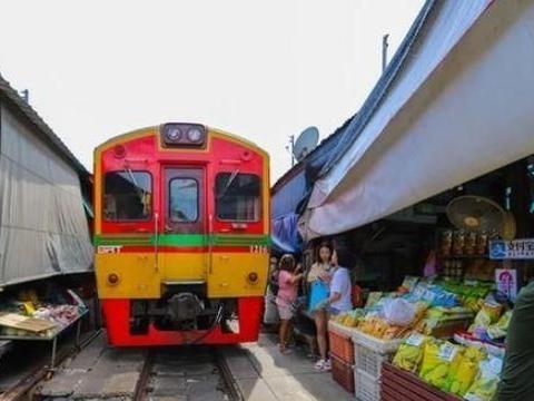 世界上最危险的菜市场,火车直接从人群中穿过,小贩们则不以为然