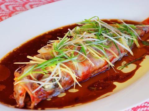 给鱼去腥时,别只会用葱姜和料酒,学会这几招,鱼肉鲜嫩没腥味