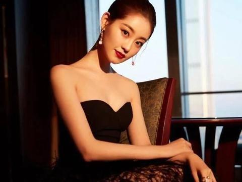 """她演""""周芷若""""让韩国男星着迷,今穿抹胸羽毛裙,露双腿性感吸睛"""
