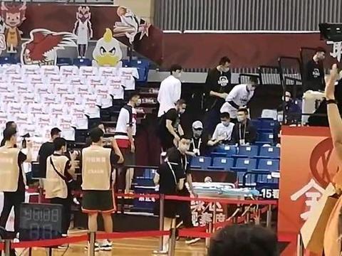 广东3分险胜挺进总决赛!辽宁全队现场观战 韩德君挥手致意易阿联