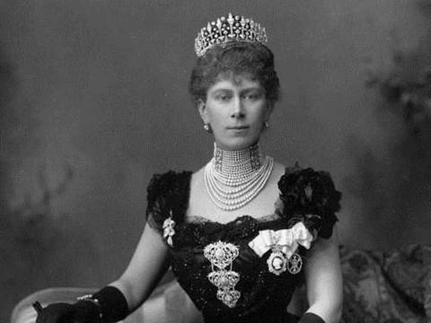 日不落帝国女王,独身与珠宝为伴,华丽名贵的珠宝记录她一生传奇