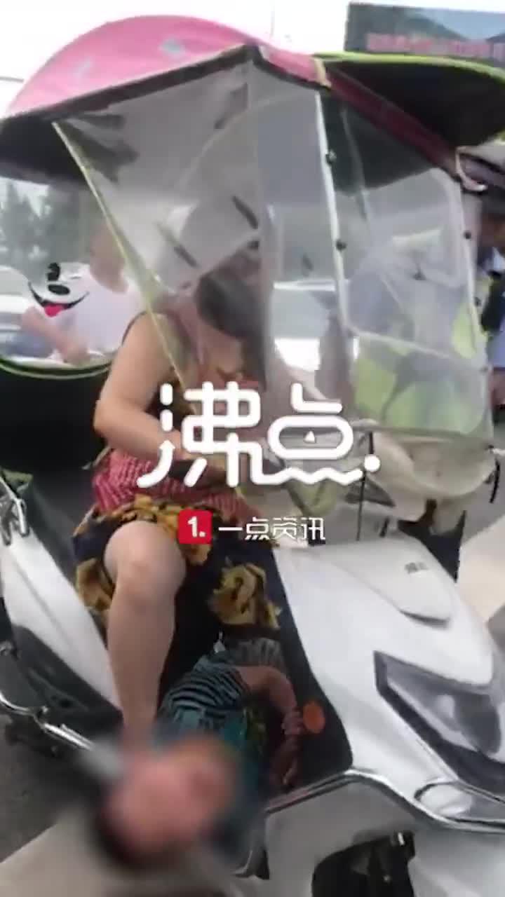 因不做作业乱跑,男童被亲妈绑住手脚横放电瓶车前