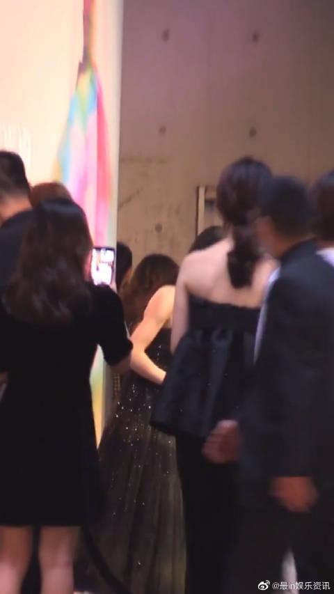 活动现场偶遇赵丽颖,最近忙着参加综艺节目,看上去很忙的样子!