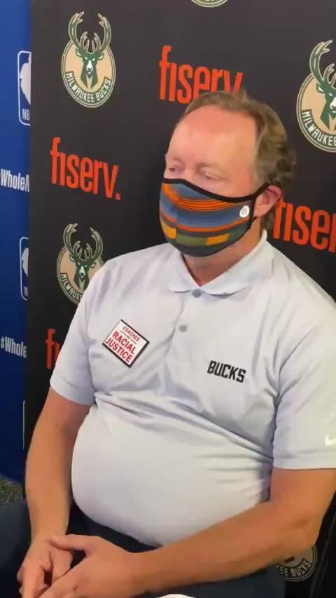 雄鹿主教练迈克-布登霍尔泽接受记者采访……