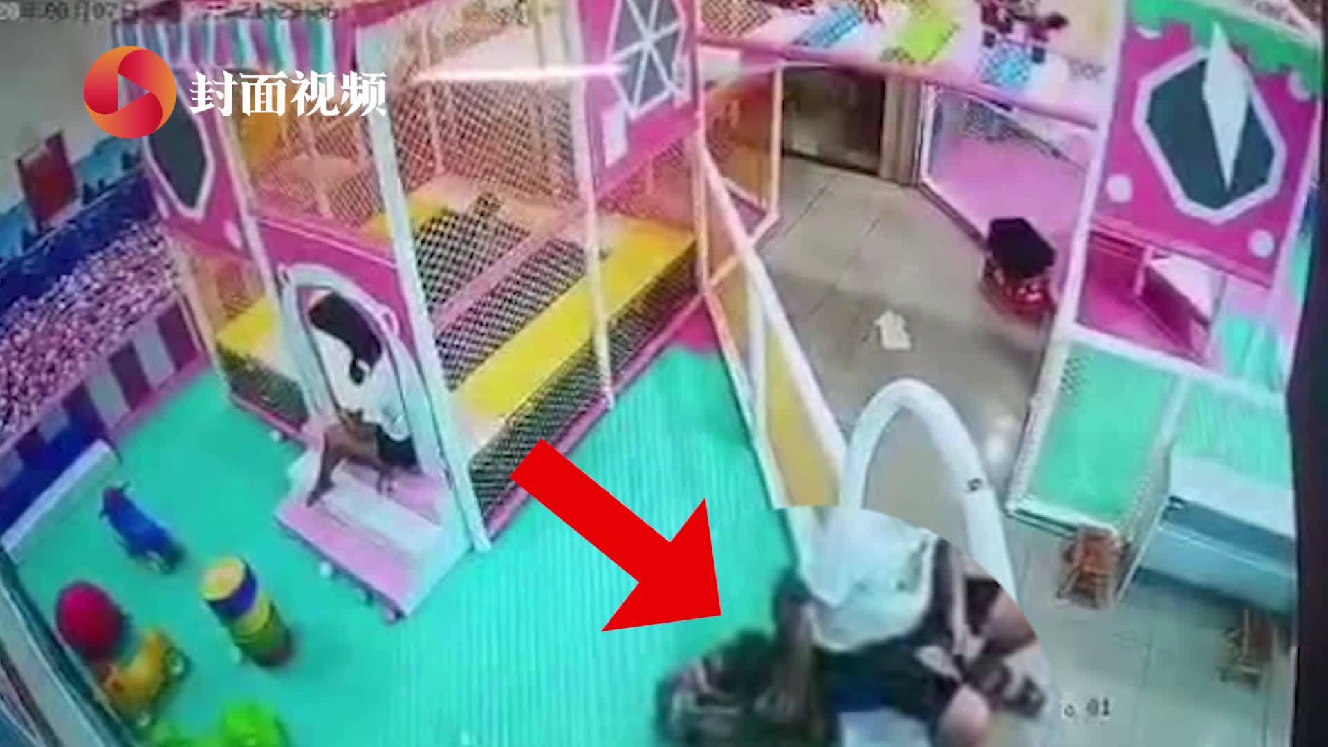 小孩遭陌生男子多次推搡倒地 家长看完监控后直接报警