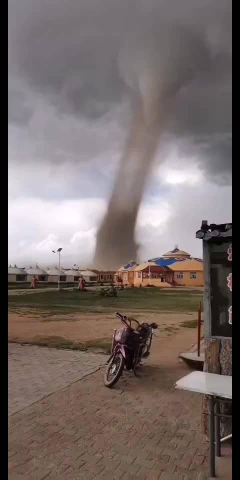 8月9日下午,内蒙古一草原度假村遭遇龙卷风……