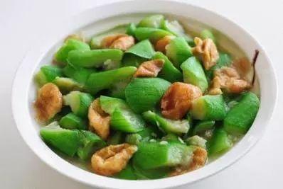 凉拌黄瓜花生米,干锅鲜虾,丝瓜面筋,香菜炒鸡蛋的做法