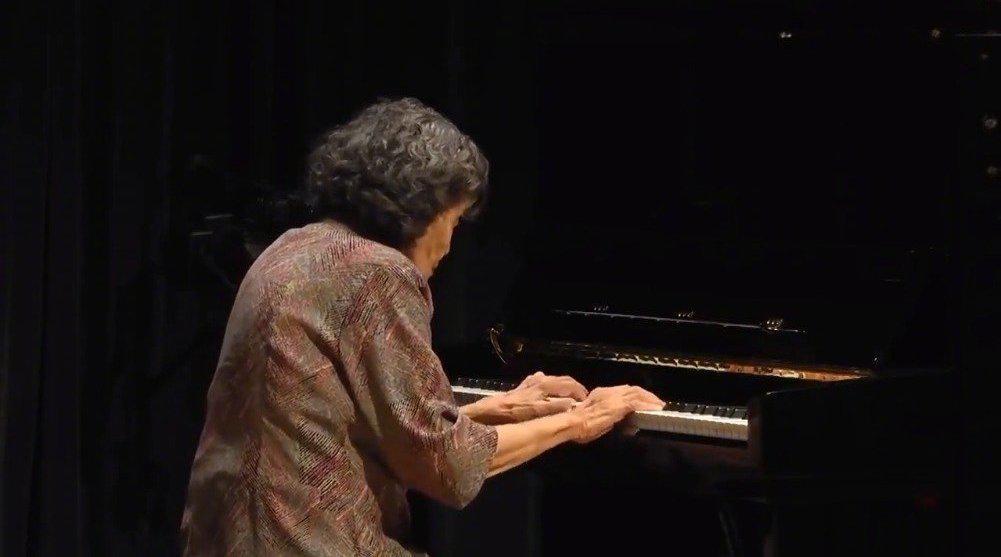 87岁高龄的中国第一代一级钢琴家巫漪丽老师……