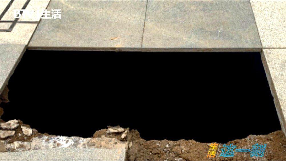 吓人!人行道突然塌陷形成4米深坑,男子瞬间被吞