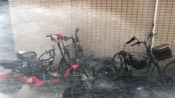惠州一楼内4辆电动车起火,消防:初查为私搭铁棚充电引起