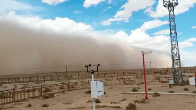 内蒙古11级阵风沙尘暴滚滚而来 巨型沙墙瞬间吞没蓝天白云