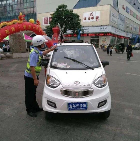 创建文明城,我们在行动:南宁交警加大力度查处机动车车窗抛物行为!