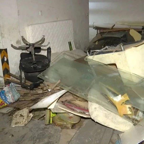 无奈?嘉兴某小区垃圾长期堆在车库里,业主受不了了!