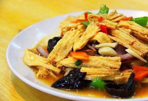 家常烧腐竹,腐竹直接入锅烹炒并不好吃,先要对腐竹进行前期处理