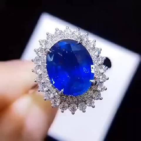 矢车菊蓝宝石戒指,经典戴妃款配蓝宝石更是恰到好处!贵气!